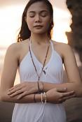 Náramek na gumičce MUANA - říční perly a pozlacené stříbro.