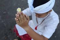 Mala Pura při modlitbě v chrámu Besakih