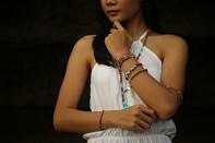 variasi - dámský náramek na paměťovém drátu s tyrkysem, avanturínem, chryzoprasem, achátem, rudrakshou a stříbrem.