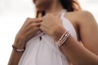 Náramek na gumičce LICHI - růženín, říční perla a stříbro.