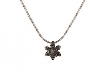 MANI PADMA - stříbrný náhrdelník s malým lotosem, černé rhodium, řetízek 42 cm