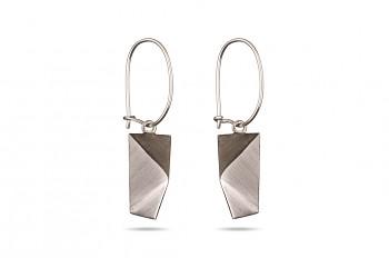 NOSHI Hanging Earrings - stříbrné náušnice s černým trojúhelníkem