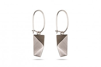 NOSHI Hanging Earrings - silver with black triangle
