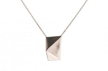 NOSHI Necklace - stříbrný náhrdelník s černým trojúhleníkem krátký