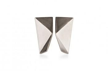 NOSHI MINI Earrings - stříbrné náušnice s černým trojúhelníkem